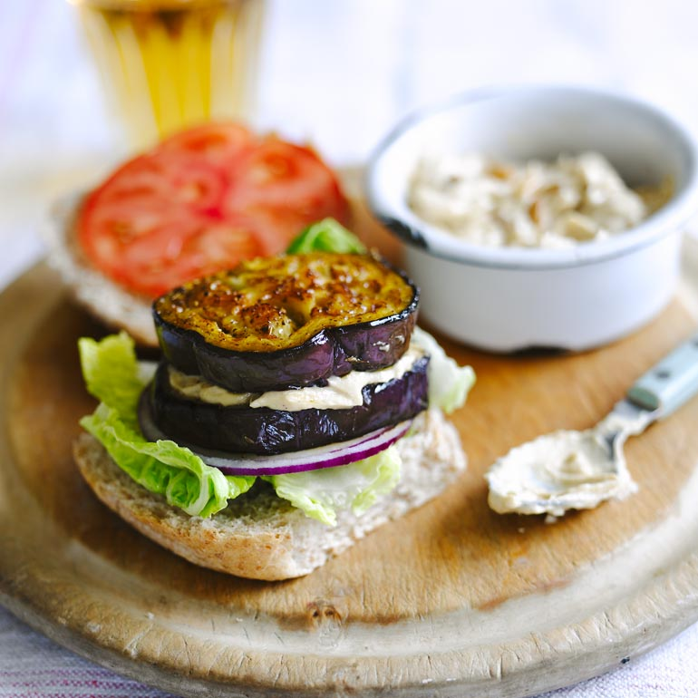 Aubergine-hummus burger