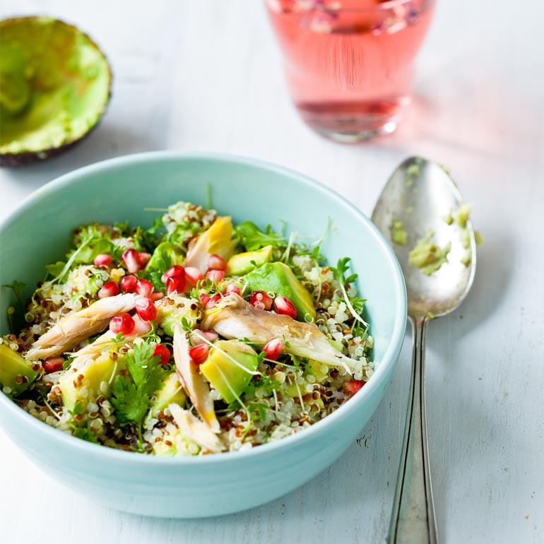 Quinoa salade met avocado & makreel