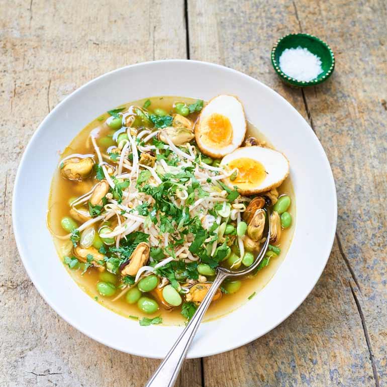 Thaise rijstsoep met mosselen en wakame