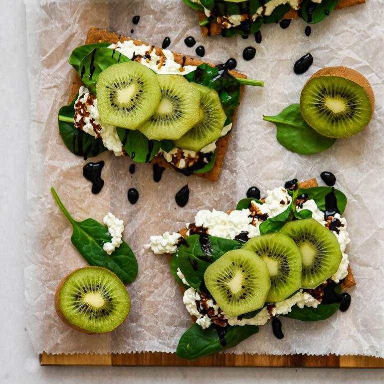 Crackers met cottage cheese, kiwi & basalmico