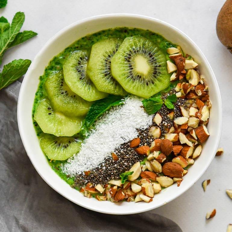 Kiwi smoothie-bowl met munt en yoghurt