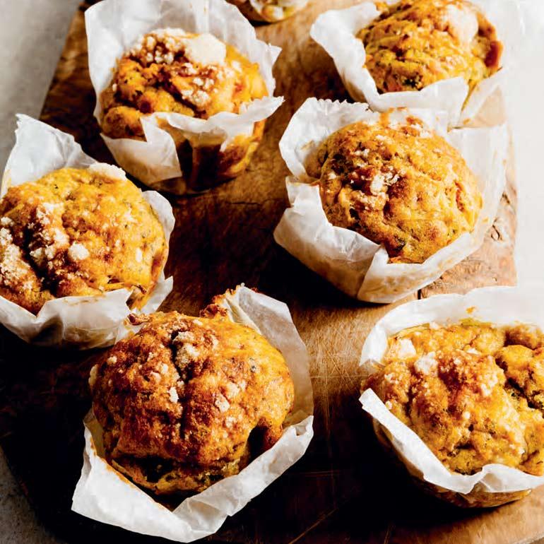 Wortelmuffins met pesto en zontomaatjes