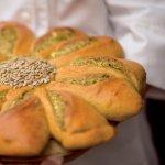 Zonnebloem brood met pesto en feta