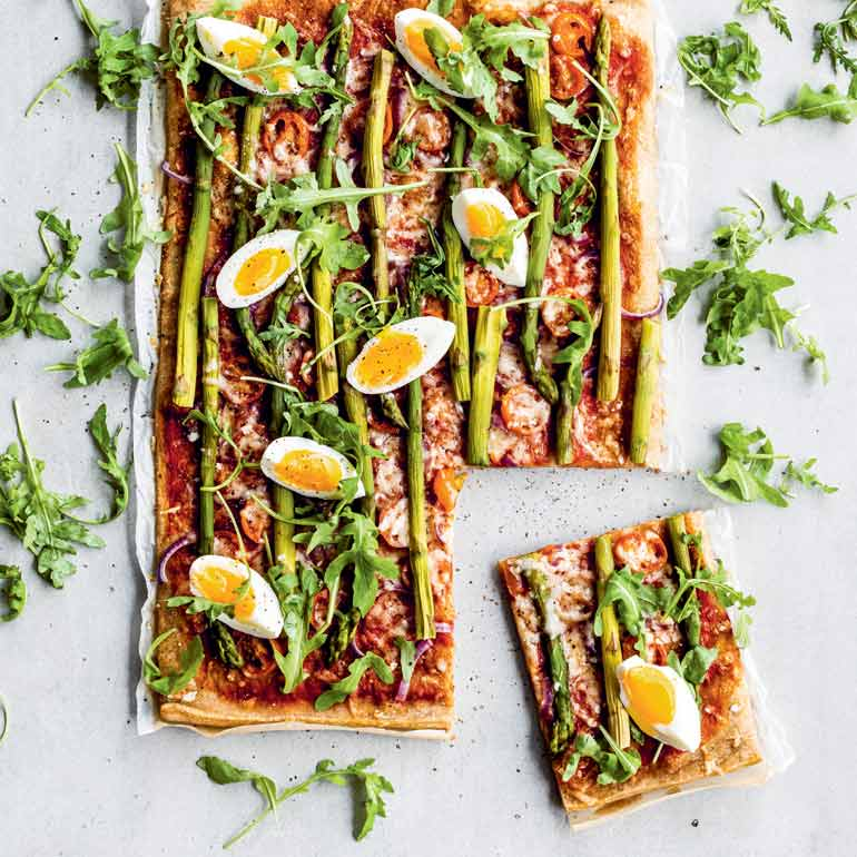 Volkoren plaatpizza met groene asperges