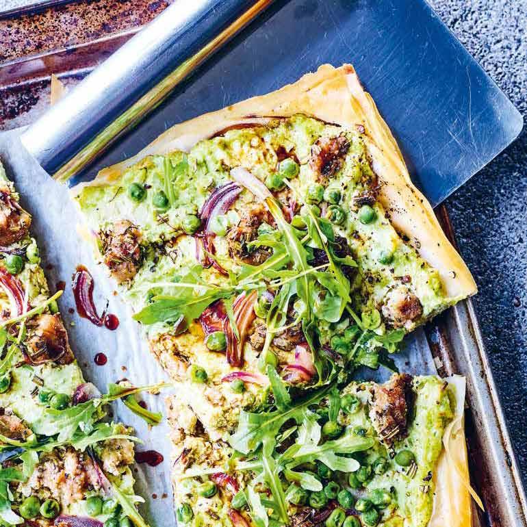 Filodeeg pizza met ricotta, worst en erwtjes