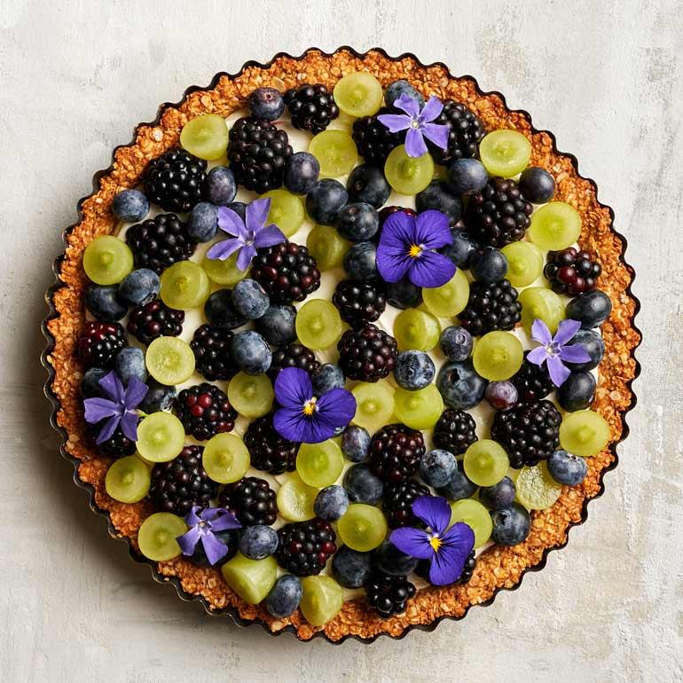 Ontbijttaart met mueslibodem en fruit